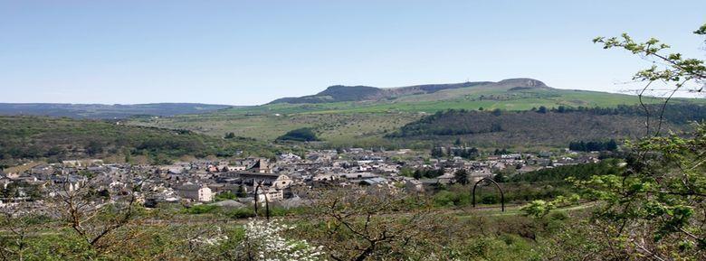 Marvejols est située en Gévaudan, à 670 mètres d'altitude, aux portes de l'Aubrac et de la Margeride, à proximité des gorges du Tarn et des Causses.