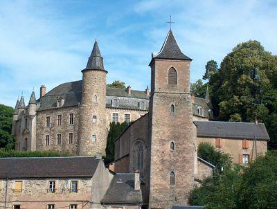 De la forteresse de Vézian de Vezins (1120) au monument actuel, le château de Vezins n'a jamais quitté la famille de ce nom.