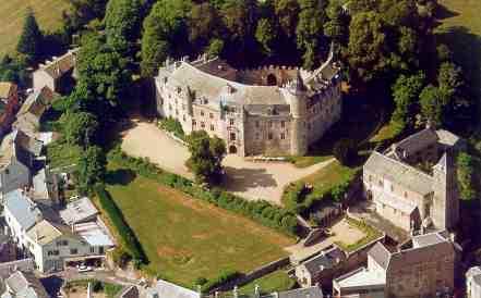 Le Château de Vizins, sur le plateau du Lévézou, dans l'Aveyron, est construit en forme défensive de fer à cheval.
