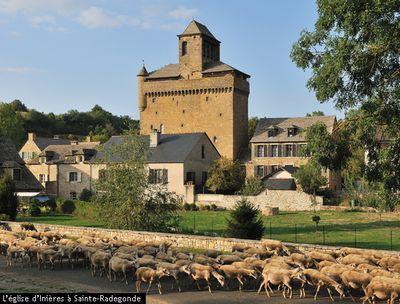 Dans le charmant village d'Inières aux coquettes maisons restaurées et situé entre Rodez et Pont-de-Salars, se dresse une curieuse église fortifiée
