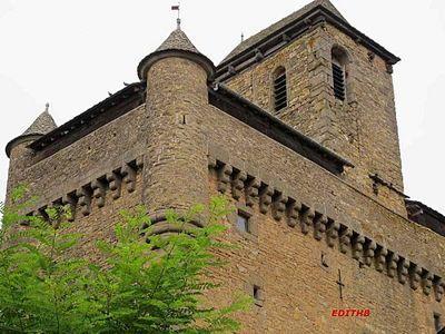 Le clocher de l'église fortifiée d'Inières en Aveyron à été construite au XVe siècle.