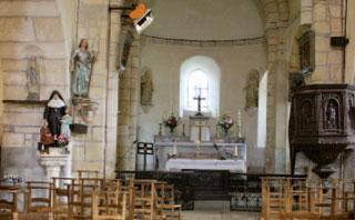 L'église a été insérée dans le bâtiment dont elle forme le front sud ouest. C'est à travers un passage étroit que l'on accède directement de la commanderie à l'église.