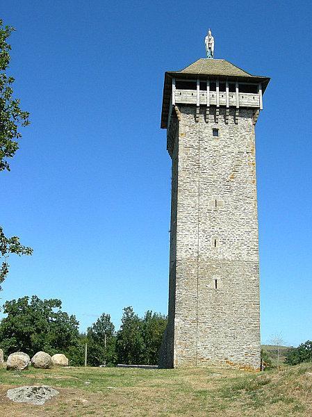 Depuis plus de mille ans, la tour de Peyrebrune trône sur son puech granitique surveillant de sa position stratégique, la Vallée de l'Alrance.