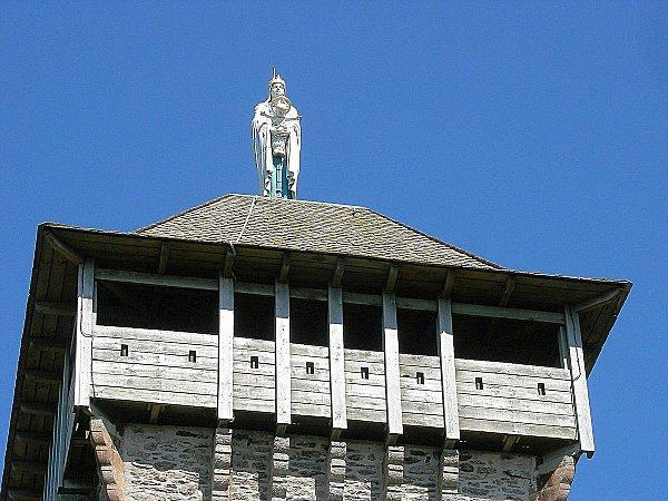Un escalier en bois et des étages sont aménagés. A son sommet, une plate-forme en bois et un toit sur lequel domine toujours la ViergeMarie ont été construits.