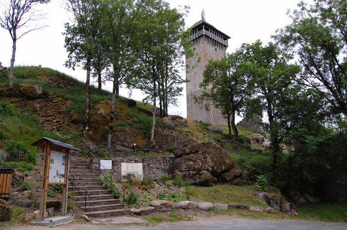 La tour rectangulaire du XIVe siècle s'élève sur un sommet granitique, elle témoigne de la présence passée du Château des Seigneurs de Panat (XIe-XVe siècles).