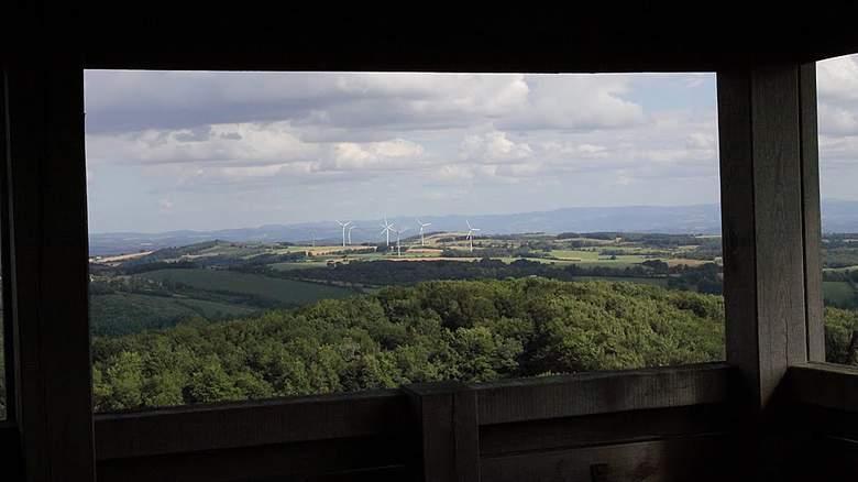 La Tour de Peyrebrune trône fièrement depuis plus d'un millénaire sur la Vallée de l'Alrance à plus de 900 m d'altitude. Aménagée depuis 2000, les visiteurs apprécieront son point de vue à 360 ° sur le Pays des Lacs de l'Aveyron.
