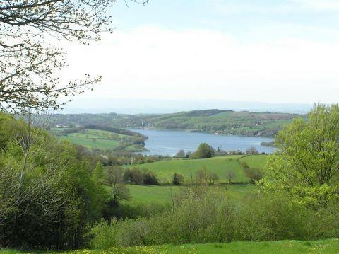 Le lac de Villefranche-de-Panat dans l'Aveyron fait environ 4 kilomètres de long pour 500 mètres de large.