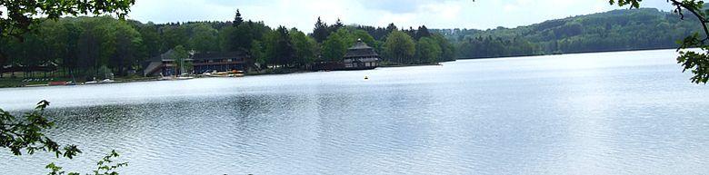 Le lac de Villefranche-de-Panat fait partie de l'ensemble des lacs du Lévézou, au centre du département de l'Aveyron, à 30 kilomètres de Millau et 40 kilomètres de Rodez.