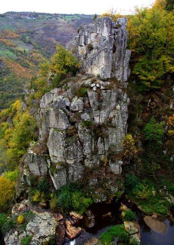 Promenade à Saint-Gervais dans le Carladez en Aveyron autour de la cascade du Saut du Chien.