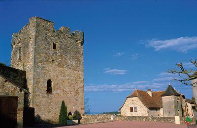 Situé à la limite de deux départements le Lot et l'Aveyron, en Quercy,  Capdenac le haut est aussi aux portes du Rouergue.