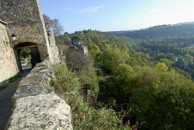 Capdenac le Haut est perché sur un rocher en forme de presqu'île, dominant la vallée du Lot. Son exceptionnel patrimoine architectural atteste d'un passé riche et dynamique.