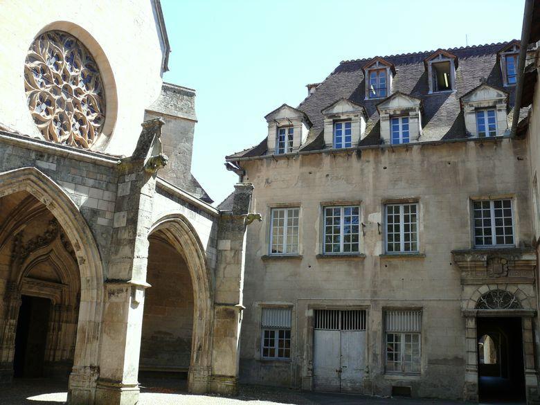La Chartreuse Saint-Sauveur est un monastère, datant du XIe siècle, situé au Sud de Villefranche-de-Rouergue dans l'Aveyron.