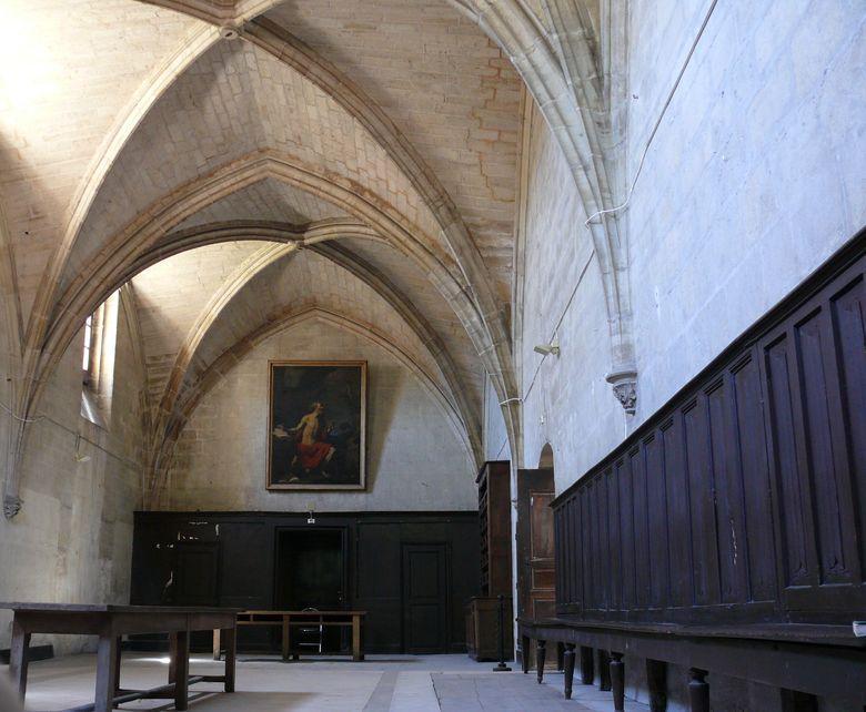 Le réfectoire de la chartreuse Saint-Sauveu est une grande salle rectangulaire de trois travées voûtées sur croisées d'ogives. Les clés pendantes ont disparu.