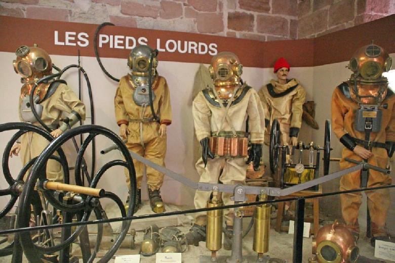Cet établissement tenu par des bénévoles expose de nombreux scaphandres, matériel de plongée militaire et civile et de travaux sous-marins anciens et modernes.