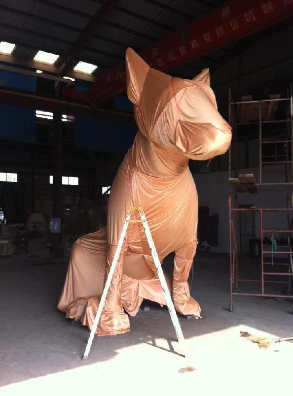 L'exposition consiste en l'installation, la transformation en direct et l'exposition-parcours éphémère dans l'espace public de quatre sculptures – GiantLostDog – acheminées par bateau de Shanghai pour l'occasion.
