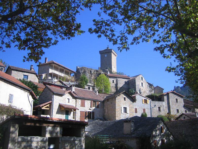 Peyreleau est un village perché au site très pittoresque. Le château de Triadou de l'époque Renaissance qui date du XVe siècle, embellit le village situé dans un cadre magnifique des gorges de la Jonte.