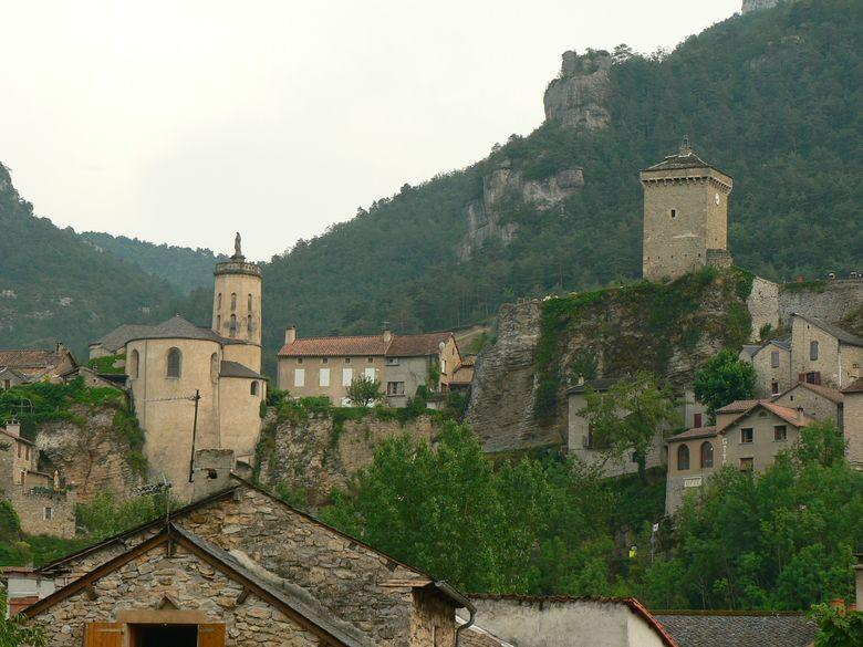 Le château de Triadou de l'époque Renaissance qui date du XVe siècle, embellit le village situé dans un cadre magnifique des gorges de la Jonte.