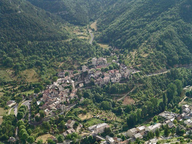 Peyreleau, accroché sur son rocher, dominé par sa tour carrée crénelée, au confluent de la Jonte et du Tarn ne manque pas de caractère. Il est la porte d'entrée des Gorges du Tarn et des Gorges de la Jonte et bénéficie d'un environnement naturel exception