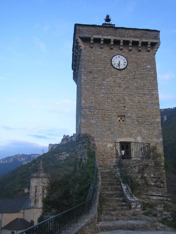 La Tour Carrée telle qu'elle existe aujourd'hui a été édifiée en 1617 par Simon d'Albignac, fils de Pierre III d'Albignac, sur les fondations de l'ancien château féodal érigé au cours du XIIe siècle.