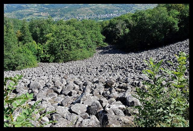 La Coulée de Lave de Roquelaure est en fait un éboulis basaltique qui s'étend sur la colline dominant le village de Saint-Côme d'Olt et la Vallée du Lot.