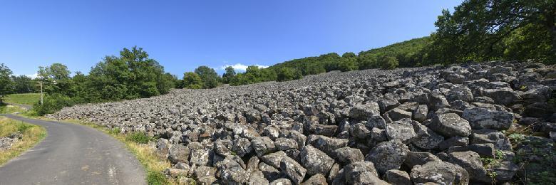 Improprement nommée, la coulée de lave de Roquelaure est en fait un éboulis basaltique qui  s'étend sur la colline dominant le village de Saint-Côme d'Olt et la Vallée du Lot au sud-est d'Espalion, à la limite méridionale du massif de l'Aubrac.