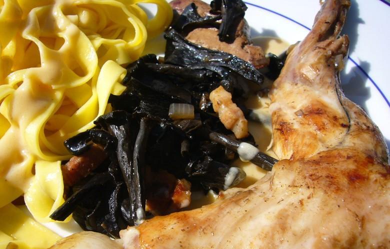 La trompette des morts accompagne harmonieusement toutes les viandes en sauce notamment les gibiers. Ce champignon trouve largement sa place dans les garnitures et poêlées forestières.