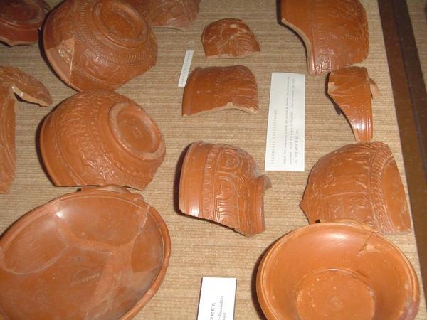 Poteries de l'époque Gallo-Romaine en terre rouge au Musée archéologique de Banassac en Lozère