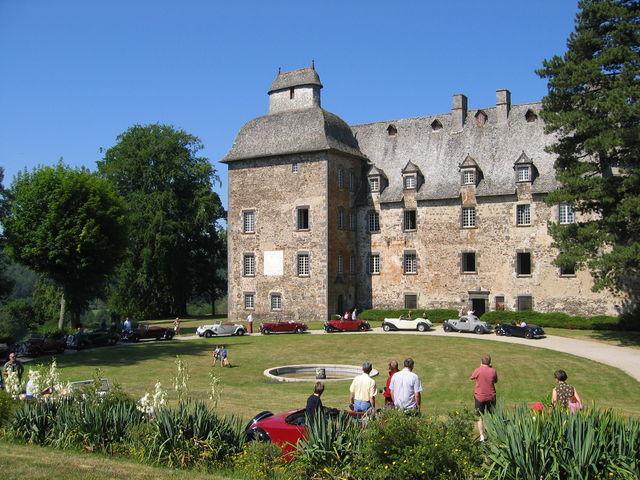 Le Château de Conros est un château médiéval située à Arpajon-sur-Cère dans le Cantal