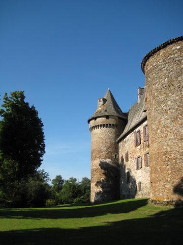 L'imposant donjon médiéval, flanqué d'un corps de logis et deux tours rondes, a été transformé à la Renaissance en une majestueuse demeure