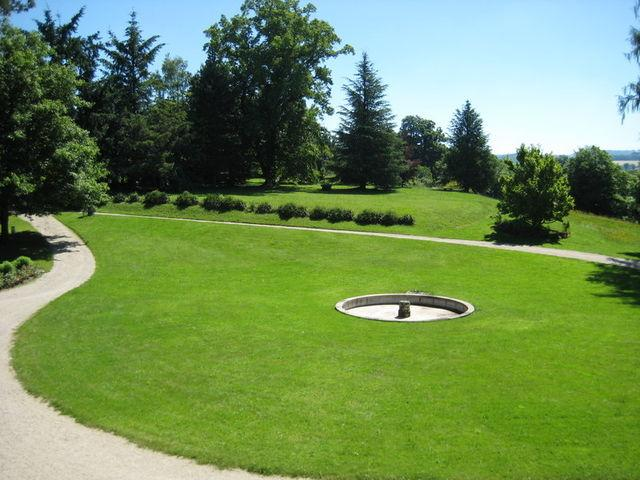 La beauté et la pureté de son architecture en font un ensemble harmonieux, mis en valeur par un beau parc romantique, sublimé par des arbres centenaires et des fleurs odoriférantes