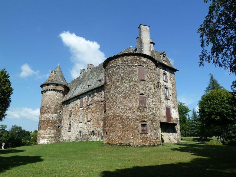 Le château actuel présente plusieurs parties: la tour Nord, la plus ancienne, la tour Sud, un corps de logis rectangulaire avec deux étages, et l'aile en pavillon avec sa couverture en lanterne formant colombier