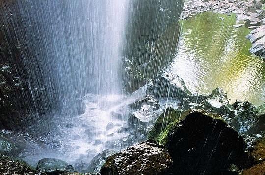 On accède à la cascade de Déroc depuis un petit chemin qui part de la commune de Nasbinals aux confins du département entre Aveyron et Cantal.