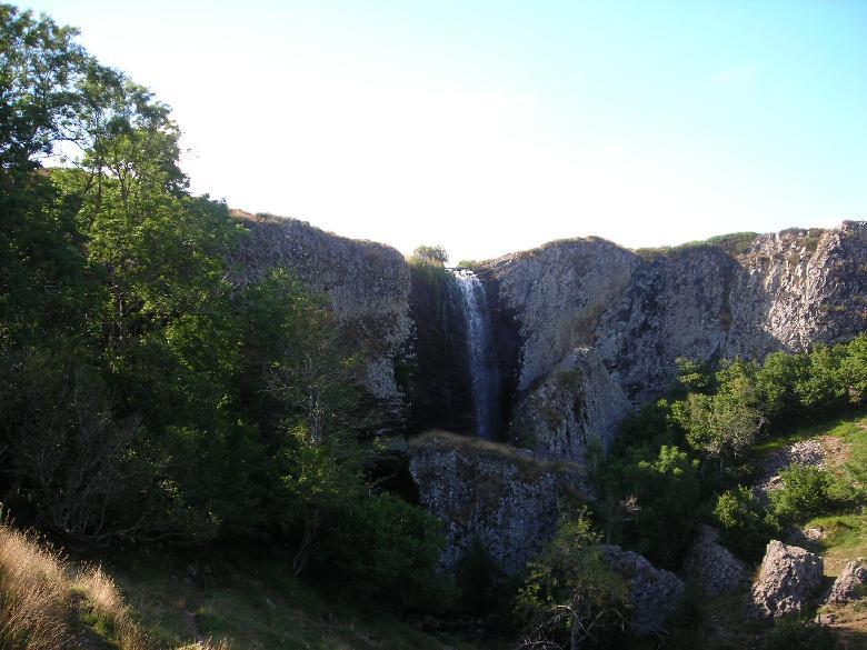 La cascade du Déroc domine de 30 mètres la petite vallée glaciaire du ruisseau de Gambaïse