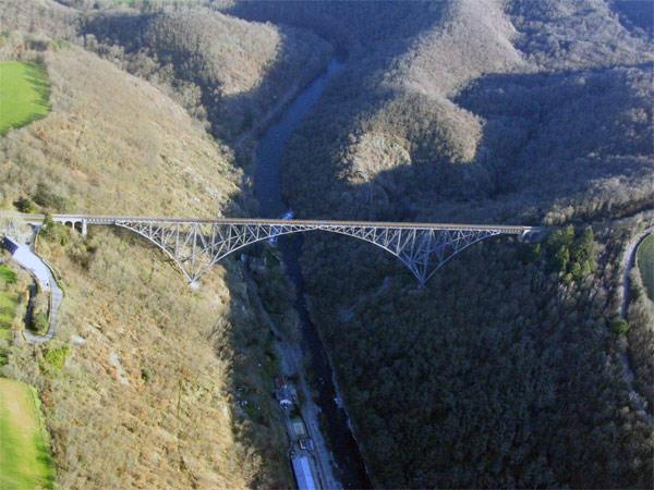 Le viaduc du Viaur est un ouvrage d'art ferroviaire de la Ligne de Castelnaudary à Rodez.<br>Achevé en 1902, il franchit la profonde vallée du Viaur entre Rodez et Albi.