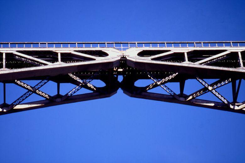A l'origine le point central du pont n'était pas soudé, l'arche principale est donc scindée en deux parties indépendantes capables de soutenir chacune un poids considérable.