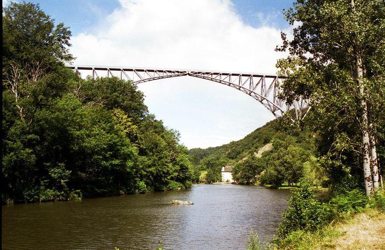 Long de 460 m et haut de 116 m avec un arc central de 20 m d'envergure, le viaduc du Viaur a été construit, de 1897 à 1902, par l'ingénieur Paul Bodin.