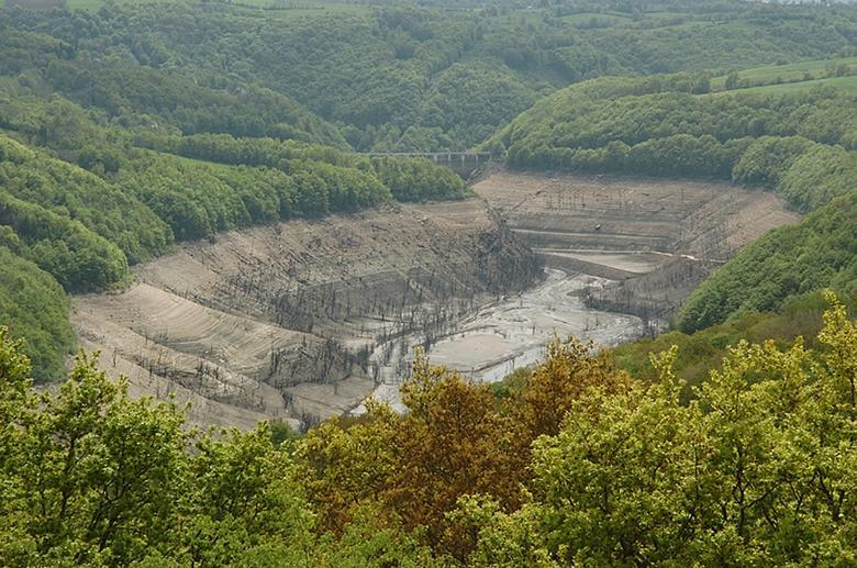 Le barrage de Sarrans retient les eaux sur 35 kilomètres de long, noyant près de 1000 hectares de terre.