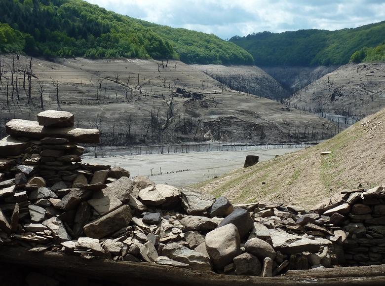 La vidange du barrage de Sarrans fait apparaitre de nombreux vestiges de villages engloutis.