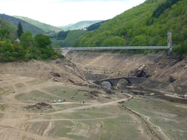 Aujourd'hui, on ne voit plus que le haut du village, le reste ayant été englouti avec l'édification du barrage de Sarrans.