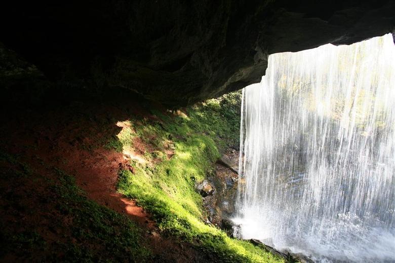 La Cascade du CAPAT est une cascade de la rivière du Siniq qui franchit des pierres volcaniques du Cantal et de l'Auvergne.