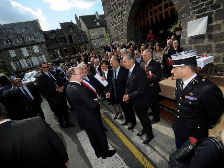 Albert II de Monaco fut accueilli chaleureusement à Mur-de-Barrez, par une foule consciente de vivre un moment unique.