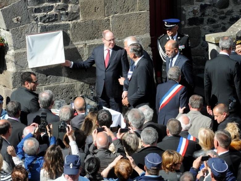 Le dévoilement de la plaque sur la tour de Monaco à Mur-de-Barrez par Le Prince Albert II de Monaco