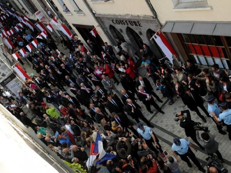 Le Prince Albert II de Monaco remontant la Grand'rue au son du groupe folklorique