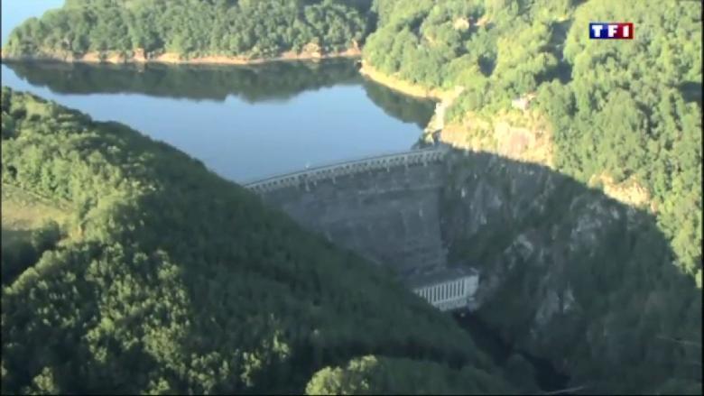 Le barrage de Sarrans est un barrage hydro�lectrique situ� sur la commune de Brommat sur la Truy�re, dans le d�partement de l'Aveyron.
