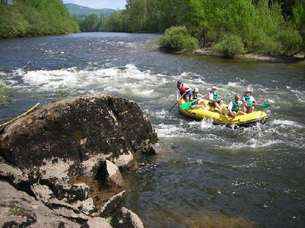 D'Entraygues-sur-Truyère au Port de Vieillevie ou à Grand-Vabre, la rivière se parcourt en douceur, en canoë ou en kayak.