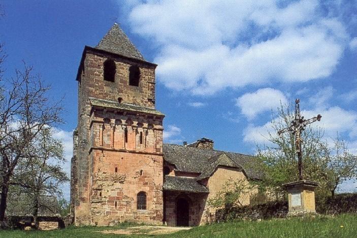 Située dans un cadre de verdure, en grès rose du Pays, el'église de Saint Pierre de Bessuéjouls a été rebâtie au XVIème siècle mais a conservé intacte sa partie romane sous le clocher.
