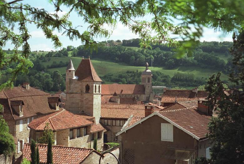 Figeac est une commune du Lot située sur la rive droite du Célé, au débouché de l'Auvergne et du Haut Quercy. Cette ville est proche de l'Aveyron et du Cantal.