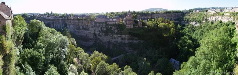 Le Trou de Bozouls est une gorge en forme de fer à cheval, de 400 m de diamètre et de plus de 100 m de profondeur, situé sur le territoire de la commune de Bozouls, en Aveyron.
