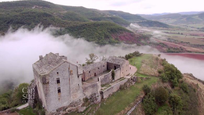 Cap sur le sud de l'Aveyron au milieu de paysages façonnés par la nature et les hommes. Nous commençons nos escapades sur le plateau du Larzac, 1000 km2 de terres nues et pierreuses.