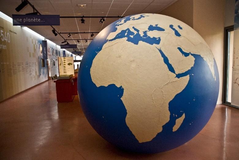 Prétexte à faire connaître le monde qui nous entoure, la visite débute par la formation de notre planète. Les expériences, la frise de 65m, les maquettes géantes et manipulables expliquent aussi les paysages aveyronnais.